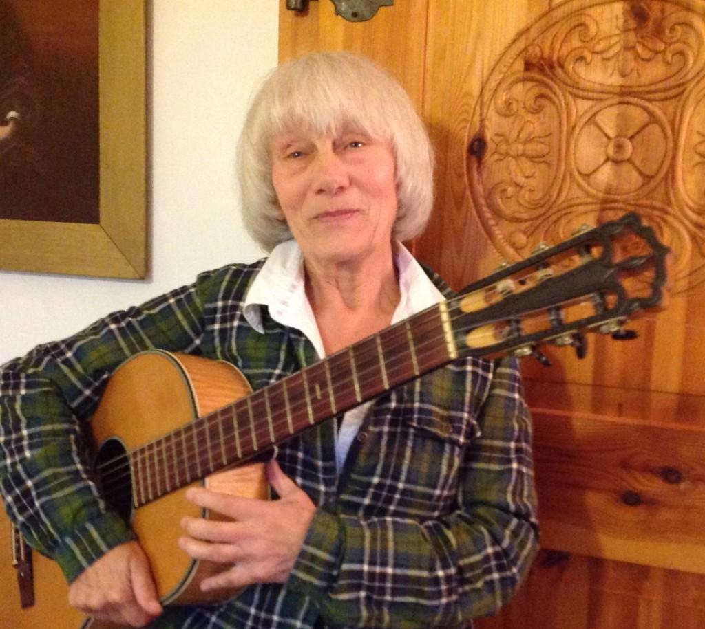 Im Thüringischen und ganz bei sich: Ute Loos mit Instrument im Oktober 2013. Foto: privat.