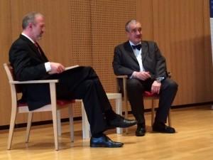 Tschechiens früherer Außenminister Karl zu Schwarzenberg (rechts) im Gespräch mit Dr. Joachim Klose, dem Leiter des Dresdener Bildungswerks der Konrad-Adenauer-Stiftung. Foto: Michael Kunze.
