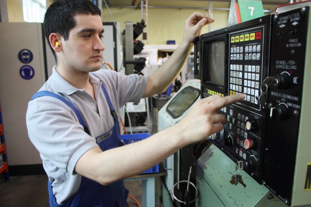 Aus Katalonien ins Müglitztal: Jesús Zapata an einer CNC-Drehmaschine im Dohnaer Gewerbegebiet.