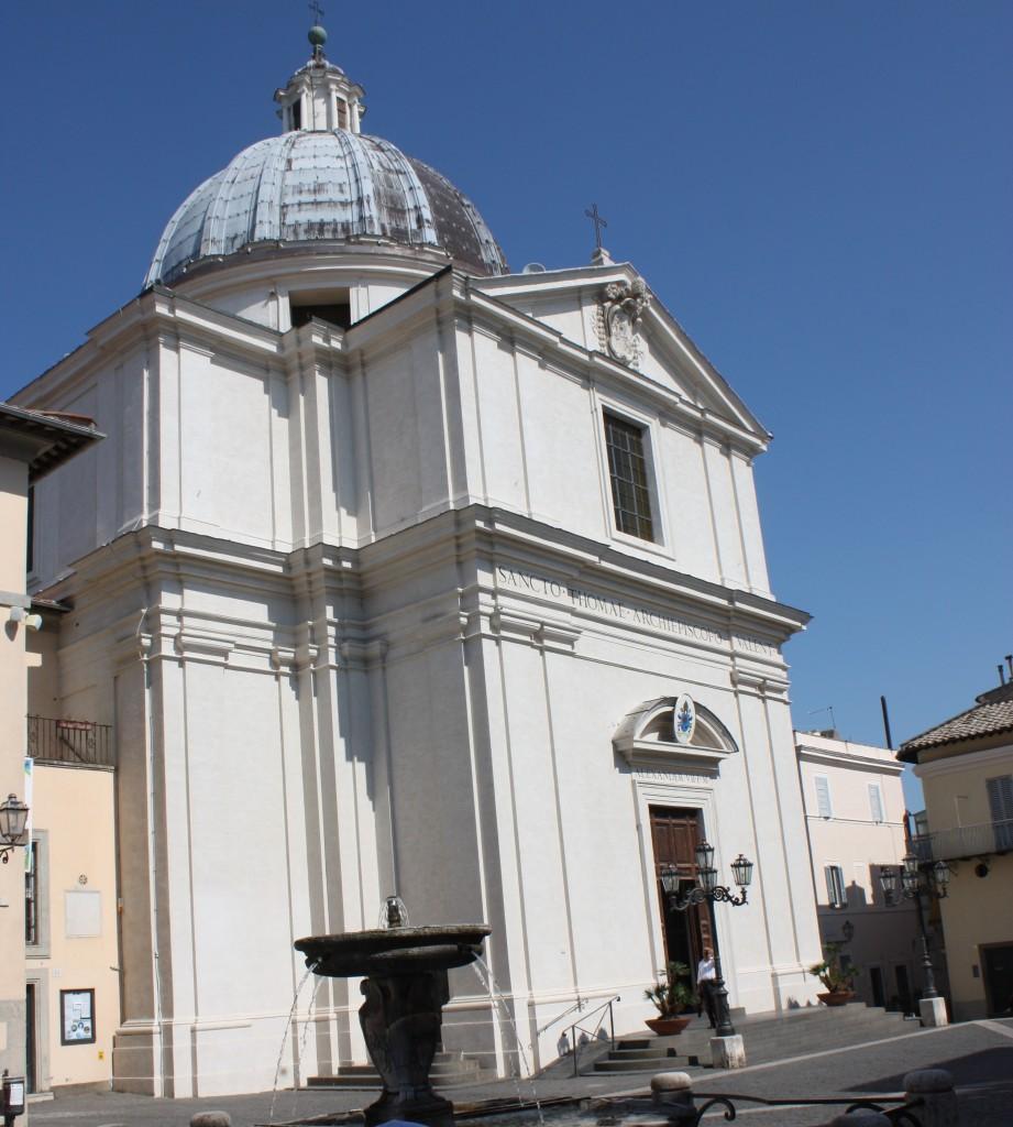 Die Ruhe vor dem Sturm - die Pfarrkirche San Tommaso da Villanova auf der Piazza della Libertà in Castel Gandolfo. Foto: Michael Kunze