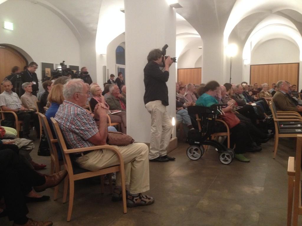 Das Haus der Kathedrale in der Dresdener Innenstadt war voll, denn mit AfD-Schwergewicht Alexander Gauland (rechts vorn im Bild) hatte sich ein für seine spitze Zunge bekannter Gesprächspartner für ZdK-Präsident Thomas Sternberg angesagt. Foto: Michael Kunze