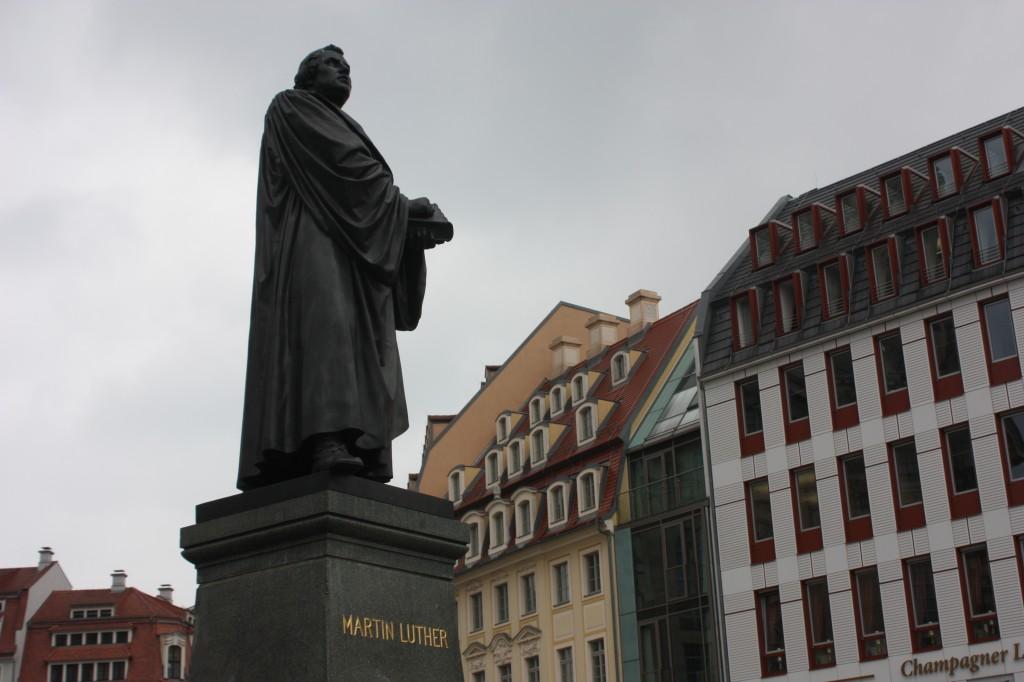 """Die einen widmeten ihm Denkmäler, die andern sahen dunkle Wolken mit dem Wittenberger aufkommen: Martin Luther taugte wurde und wird für vieles instrumentalisiert, legte dafür aber selbst die Grundlagen. Das Bild des """"Reformators"""" hat Kratzer, die nicht wenige im Jahr des Reformationsgedenkensabdecken möchten. Foto: Michael Kunze"""