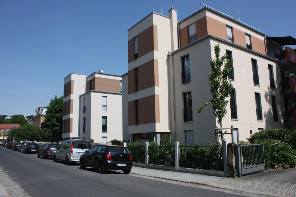 Flachdächer und eintönige Fassaden dominieren: zwei Häuer im Bauhausstil im Dresdener Stadtteil Blasewitz. Wie vielerorts schließen sie hier Baulücken, umgeben fast durchweg von traditioneller Bebauung. Foto: Michael Kunze