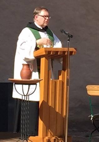 Pater Ansgar Orgaß vom Wechselburger Benediktinerpriorat bei einem ökumenischen Gottesdienst auf dem Rochlitzer Schlossplatz im Jahr 2015. Foto: privat