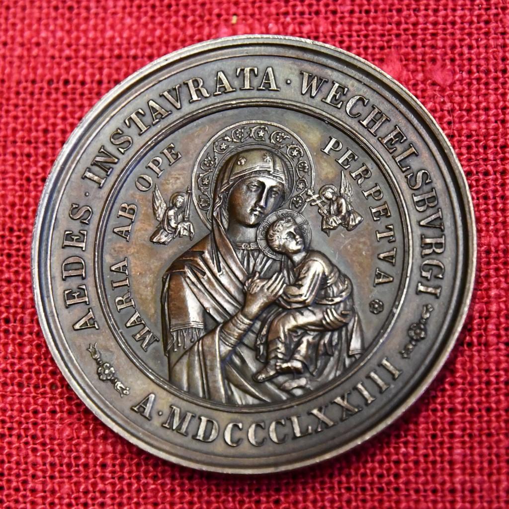 """Die auf das Jahr 1873 datierte Medaille mit der Inschrift """"Aedes Instaurata Wechselburgi"""" ist wohl im Zusammenhang mit der Konversion des Grafen von Schönburg-Glauchau nebst Gattin im Jahr 1869 und der 1871 bis 1884 erfolgten Renovierung der damaligen Wechselburger Schlosskirche entstanden. Sie zeigt das in der römischen Kirche Sant' Alfonso aufbewahrte Gnadenbild Unserer Lieben Frau von der immerwährenden Hilfe. Eine Kopie davon schenkte Papst Pius IX., dessen Konterfei auf der Rückseite abgebildet ist, dem Ehepaar. Foto: Stephan von Spies"""